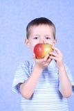 Muchacho y manzana Fotos de archivo libres de regalías