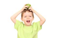 Muchacho y manzana foto de archivo