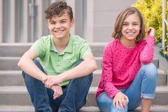 Muchacho y muchacha adolescentes Fotografía de archivo