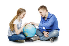 Muchacho y muchacha adolescentes con el globo de la tierra Foto de archivo