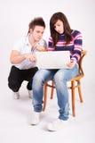 Muchacho y muchacha adolescentes con la computadora portátil Foto de archivo