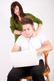Muchacho y muchacha adolescentes con la computadora portátil Imagen de archivo libre de regalías