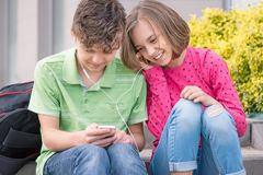 Muchacho y muchacha adolescentes con los auriculares Imagenes de archivo