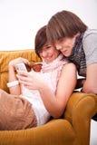 Muchacho y muchacha adolescentes con un teléfono Foto de archivo
