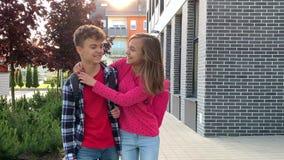 Muchacho y muchacha adolescentes de nuevo a escuela almacen de metraje de vídeo