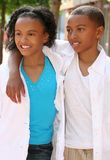 Muchacho y muchacha - amigos del adolescente Fotos de archivo