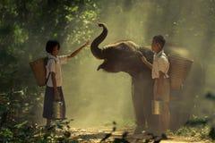 Muchacho y muchacha con el elefante Fotos de archivo