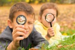 Muchacho y muchacha con el lazo Imagen de archivo