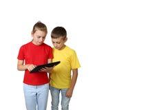 Muchacho y muchacha con la tableta Fotografía de archivo