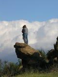 Muchacho y muchacha contra las nubes Imágenes de archivo libres de regalías