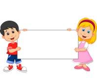 Muchacho y muchacha de la historieta que llevan a cabo la muestra en blanco Fotos de archivo libres de regalías