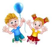 Muchacho y muchacha de la historieta que saltan con el globo Fotografía de archivo