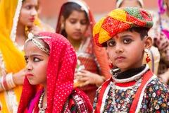 Muchacho y muchacha de Rajasthani fotos de archivo