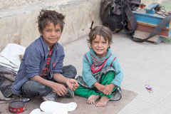 Muchacho y muchacha del mendigo en Leh, la India Imagen de archivo libre de regalías
