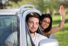 Muchacho y muchacha en coche Imagen de archivo