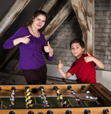 Muchacho y muchacha en el fútbol de la tabla Imagen de archivo