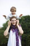 Muchacho y muchacha en el parque Fotos de archivo libres de regalías