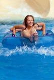 Muchacho y muchacha en el tobogán acuático Fotos de archivo libres de regalías