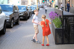 Muchacho y muchacha en la calle Foto de archivo libre de regalías