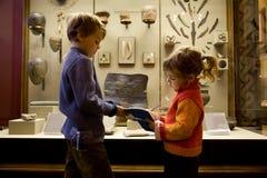 Muchacho y muchacha en la excursión en museo histórico foto de archivo
