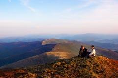 Muchacho y muchacha en las montañas fotos de archivo libres de regalías