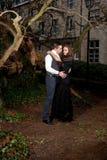 Muchacho y muchacha en ropa victoriana en el parque foto de archivo