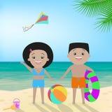 Muchacho y muchacha en traje de baño en la playa Potrait de las hermanas Imagenes de archivo