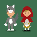 Muchacho y muchacha en trajes del cuento de hadas sobre el Caperucita Rojo Fotos de archivo
