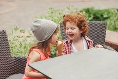 Muchacho y muchacha felices con helado Fotografía de archivo