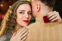 Muchacho y muchacha jovenes en amor el día del ` s de la tarjeta del día de San Valentín Fotografía de archivo libre de regalías