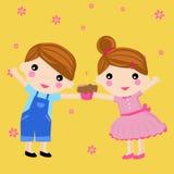 Muchacho y muchacha lindos con la torta Fotos de archivo libres de regalías