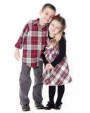 Muchacho y muchacha que abrazan en estudio Foto de archivo libre de regalías