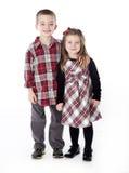 Muchacho y muchacha que abrazan en estudio Fotos de archivo libres de regalías