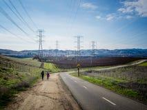 Muchacho y muchacha que caminan a lo largo de viñedo en Livermore, California Foto de archivo libre de regalías
