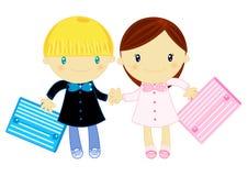 Muchacho y muchacha que desgastan el delantal de la escuela primaria Fotografía de archivo libre de regalías