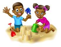 Muchacho y muchacha que hacen castillos de la arena Imagen de archivo