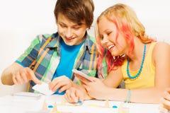 Muchacho y muchacha que juegan al juego de tabla en casa Fotografía de archivo libre de regalías