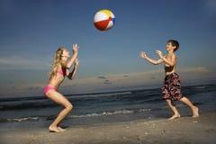 Muchacho y muchacha que juegan con la bola Fotos de archivo libres de regalías