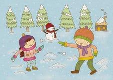 Muchacho y muchacha que juegan con nieve Imagen de archivo