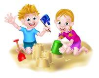 Muchacho y muchacha que juegan en la arena Imagenes de archivo