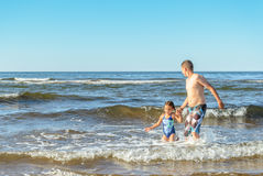 Muchacho y muchacha que juegan en la playa Fotografía de archivo libre de regalías