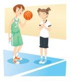 Muchacho y muchacha que juegan la bola de la cesta Fotos de archivo libres de regalías