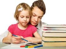 Muchacho y muchacha que leen un libro Imagen de archivo libre de regalías