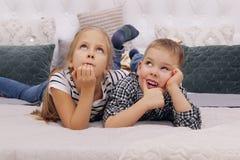 Muchacho y muchacha que mienten en una cama Una más vieja hermana And Her Younger Brother Dreaming foto de archivo libre de regalías
