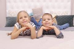 Muchacho y muchacha que mienten en una cama Una más vieja hermana And Her Younger Brother Dreaming fotos de archivo