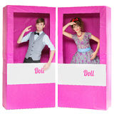 Muchacho y muchacha que parecen las muñecas en cajas Foto de archivo