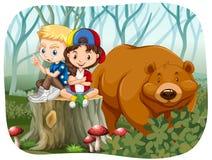 Muchacho y muchacha que se sientan con un oso Fotos de archivo libres de regalías