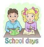 Muchacho y muchacha que se sientan en el escritorio de la escuela Imagen de archivo