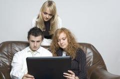Muchacho y muchachas/computadora portátil Fotografía de archivo libre de regalías