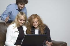 Muchacho y muchachas/computadora portátil Foto de archivo libre de regalías
